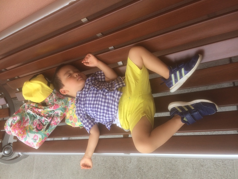 ユニバーサルスタジオで疲れた子供