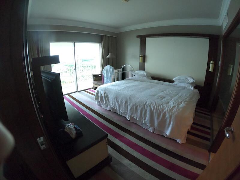 シェラトン・グアムのオーシャンフロントコーナースイートの寝室