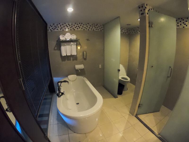 シェラトン・グアムのオーシャンフロントコーナースイートのお風呂とシャワーブース