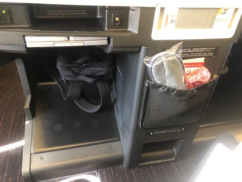 JALビジネスクラスの座席下の収納