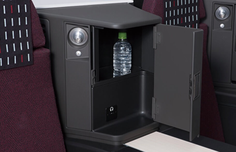 JALビジネスクラス座席横の収納スペース