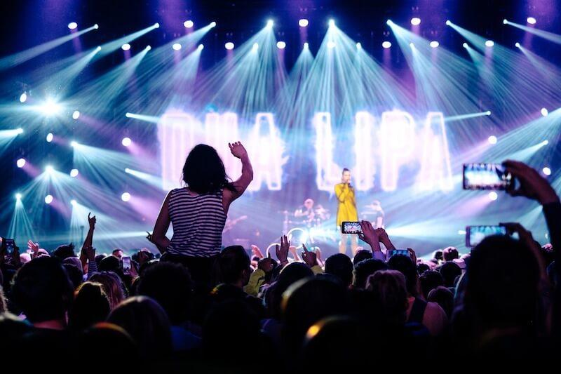 コンサートで歌う女性